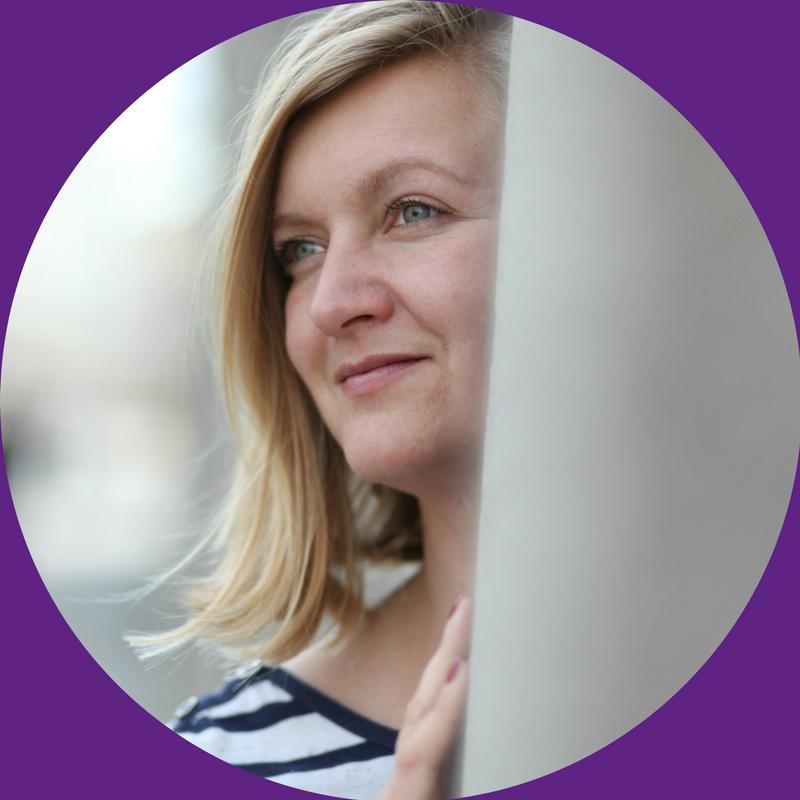 Edyta Niewińska jest pierwszą polską pisarką prowadzącą podcast o pisaniu oraz pierwszą prowadzącą pisarskie grupy mastermind